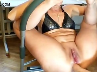 Loose milf cunt gets double fisted and squirts